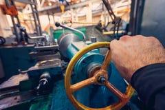 La main de l'opérateur crée un commutateur mécanique dessus le tour photo stock