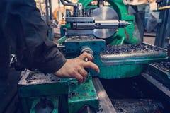 La main de l'opérateur crée un commutateur mécanique dessus le tour photographie stock libre de droits