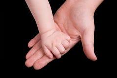 La main de la chéri de fixation de mère Photo stock