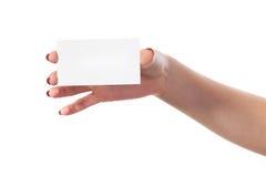 La main de la femme d'affaires tenant la carte de visite professionnelle vierge de visite Photographie stock libre de droits