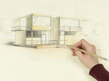 La main de la femme dessinant le croquis architectural de la maison Photo stock