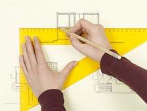 La main de la femme dessinant le croquis architectural de la maison photos libres de droits