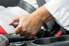 La main de la femme et le frein de main de la voiture photos stock