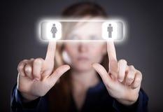 La main de la femme poussant les icônes sociales de media, écran tactile Photos stock