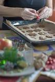La main de la femme, préparant la table de Noël Photos libres de droits