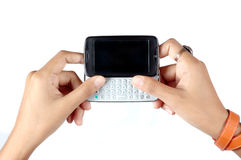 La main de la femme retenant l'écran tactile de téléphone portable photos libres de droits