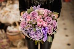 La main de la femme tenant un bouquet des fleurs Photo libre de droits