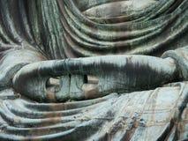 La main de la grande fin de Bouddha (Daibutsu) vers le haut du tir, Kamakura, Jap Photo stock