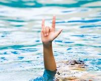 La main de la jeune fille sont soulevées de l'eau photos libres de droits