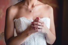 La main de la jeune mariée sur l'épaule Images libres de droits