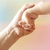 La main de la mère Photographie stock