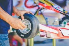 La main de mécanicien vont kart emballant le contrôle de service du ` s de moteur l'avai photographie stock libre de droits
