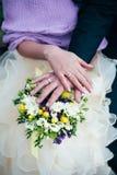 La main de mariage fleurit le bouquet d'anneau photo stock