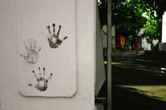 la main de paume imprime au mur à côté de la porte de monastère bouddhiste photos libres de droits
