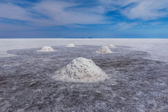La main de séchage a pellé des piles de sel chez Salar de Uyuni, Bolivie photos libres de droits