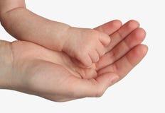La main de son enfant de mère fixation Images libres de droits