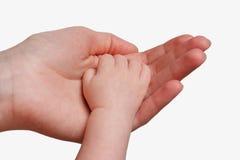 La main de son enfant de mère fixation Image libre de droits