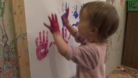 La main des enfants dans la peinture banque de vidéos