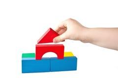La main des enfants retient le cube Images libres de droits