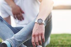 La main des hommes avec la montre, style libre images stock