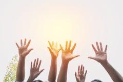 La main des personnes arment soulever montrer la puissance forte avec le ciel de retour Photo libre de droits
