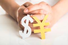 La main des personnes et le symbole monétaire Image stock