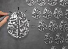 La main dessine le concept d'asTeamwork de cerveau en métal 3d Image libre de droits
