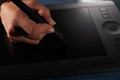 La main dessine une tablette graphique professionnelle noire illustration libre de droits