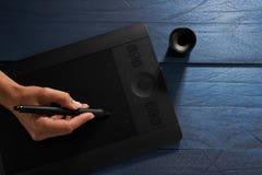 La main dessine une tablette graphique professionnelle noire photo stock