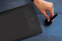La main dessine une tablette graphique professionnelle noire photos libres de droits