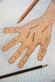 La main droite tirée par la main avec la suture chirurgicale de blessure par couleur en bois crayonne sur le fond de livre blanc  photos libres de droits