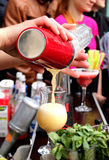 La main du barman avec le cocktail de versement de mélangeur de secousse dans le verre Photo libre de droits