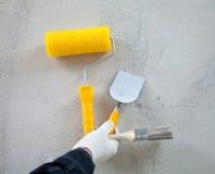 La main du constructeur expliquant des outils de construction Photographie stock libre de droits