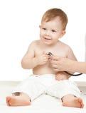 La main du docteur avec le phonendoscope et l'enfant Images stock