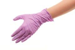 La main du docteur dans le pourpre a stérilisé le gant chirurgical donnant pour la poignée de main Images stock