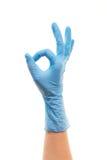 La main du docteur féminin dans le gant chirurgical bleu montrant le signe CORRECT Images stock