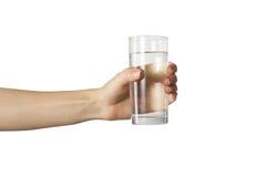 La main du docteur féminin donnant le verre de l'eau au patient d'isolement sur le fond blanc Concept des soins de santé et de la Photographie stock