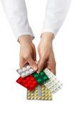 La main du docteur féminin jugeant les pilules médicales d'isolement sur le CCB blanc Photo stock