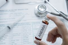 La main du docteur tient la drogue de la maladie d'anémie photo stock