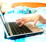 la main du femme avec l'ordinateur portatif Photos libres de droits