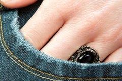 La main du femme dans la poche photographie stock libre de droits