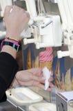 La main du femme effectuant une crême glacée Images stock