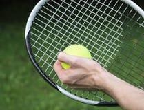 La main du joueur avec de la balle de tennis Photographie stock libre de droits