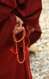 La main du moine avec le programme Photo stock