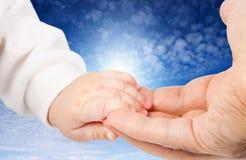La main du père de fixation de chéri
