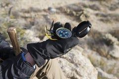 La main du randonneur tenant la boussole Photo libre de droits