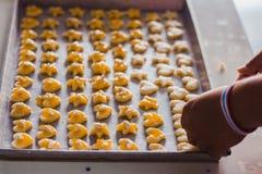 La main du ` s d'étudiant fait des biscuits de Singapour à partir de la pâte à l'école Photographie stock