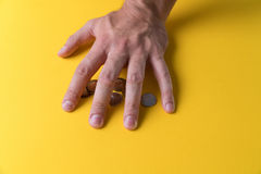 La main du ` s d'homme a couvert les pièces de monnaie Protection de votre argent Manque d'argent photographie stock libre de droits