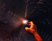 La main du ` s d'homme dans le puits foncé s'étend vers la lumière Le concept du désespoir, une demande d'aide, espoir, dépressio image stock