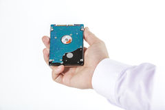 La main du ` s d'homme tient des 2 unité de disque dur de 5 pouces Image stock